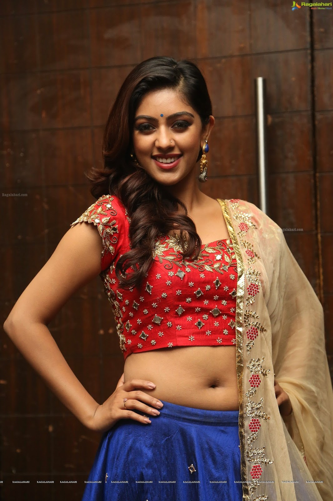 serial actress anu emmanuel hot navel in saree, majnu heroine
