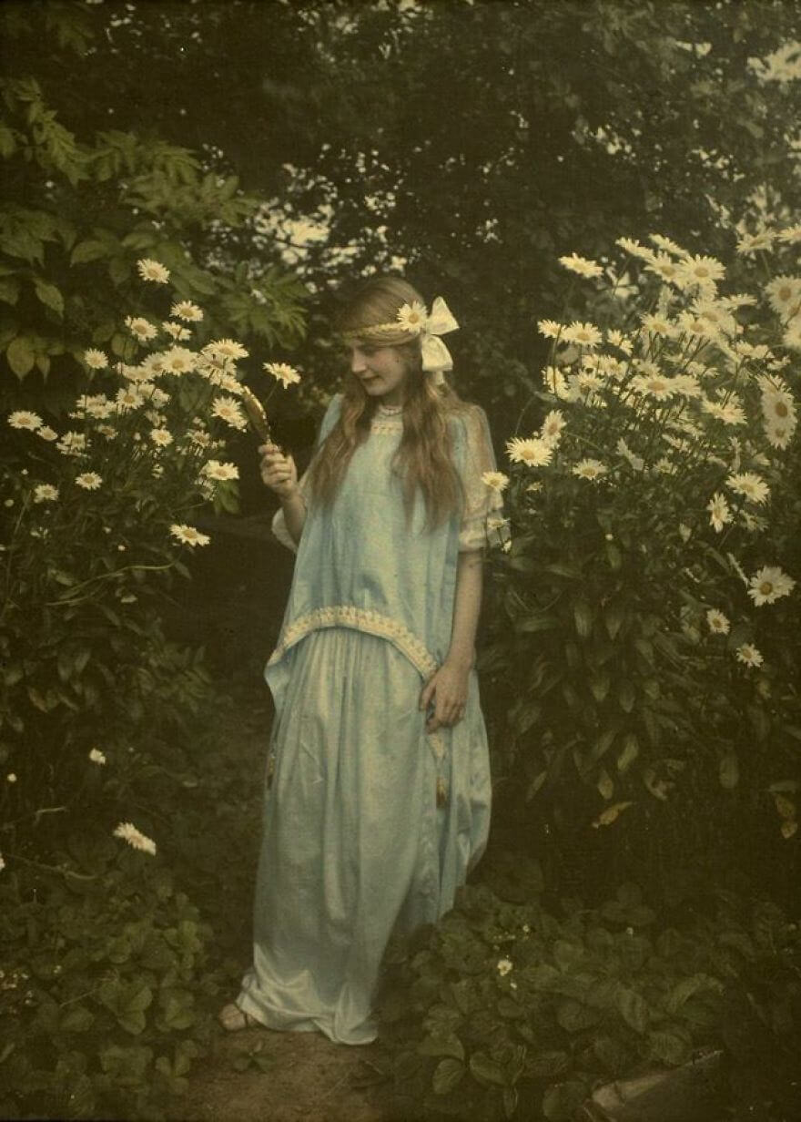 40 Old Color Pictures Show Our World A Century Ago - Young Girl Amidst Marguerites, C. 1912