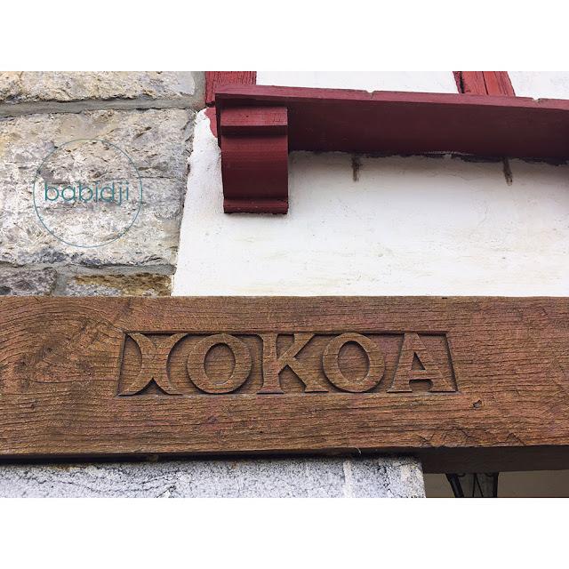 inscription xokoa dans la poutre d'une façade de maison basque à Espelette