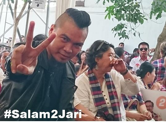 """Wow Beredar Foto """"Ahmad Dhani"""" Pose Salam Dua Jari, Dukung Ahok?"""