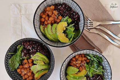 Buddha bowl riz rouge et noir, pois chiches en sauce aux arachides, avocat et salade verte