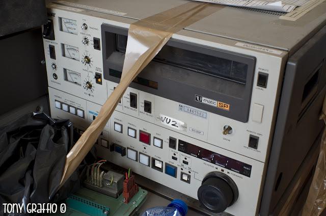 Vari registratori Betacam e BVU pronti per la traslazione al cimitero del VTR Rai Milano RVM