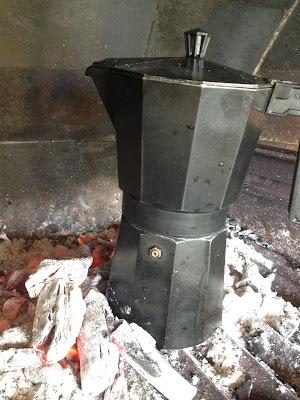 Receta del mejor café: café en cafetera italiana en las brasas de una barbacoa - Receta de el gastrónomo - ÁlvaroGP - el troblogdita - Youtube