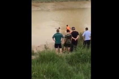 Coba Angkat Tubuh di Sungai, Petugas Damkar Ini Terkejut