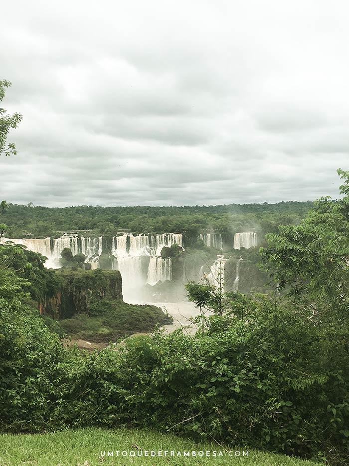 Foto das cataratas do Iguaçu em Foz do Iguaçu, Paraná, Brasil. Na outra margem do rio, já é Argentina!