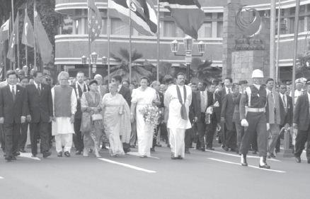Para pemimpin negara KAA berjalan di Jalan Asia Afrika, Bandung menuju ke Gedung Asia Afrika untuk mengikuti konferensi.