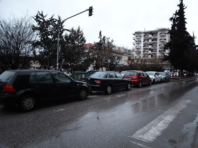 Γρηγορίου Λαμπράκη: Παρκάρουν ακόμα και πάνω στη διάβαση [βίντεο - φωτογραφίες]