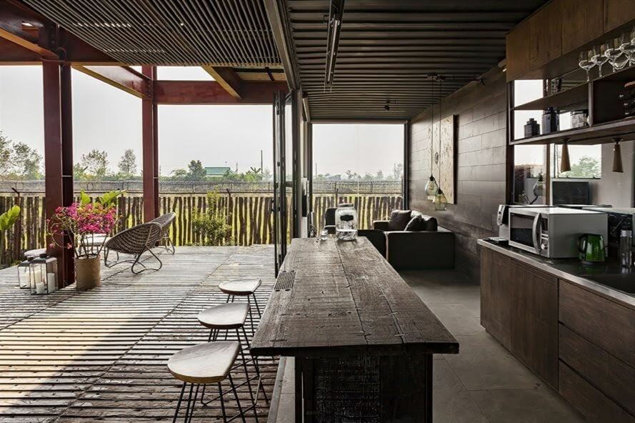 06-Entertaining-Architecture-with-Recycled-Shipping-Containers-www-designstack-co