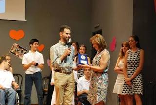 Ο Βαγγέλης Αυγουλάς και η Μαίρη Τσιώτα στη σκηνή με την αναμνηστική πλακέτα