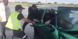 Βίντεο με τον αστυνομικό που απεγκλωβίζει ηλικιωμένη στα Μάλγαρα