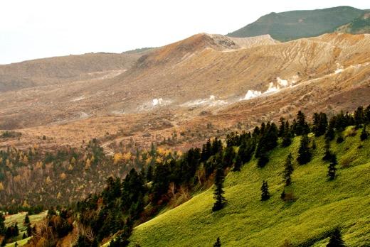 噴煙が立ち上る草津白根山