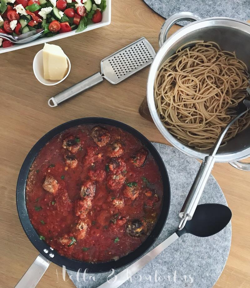 Feta-lihapullat tomaattikastikkeessa