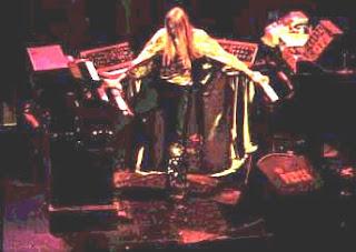 El teclista Rick Wakeman con su típica capa para las presentaciones en directo de su música y la del grupo Yes