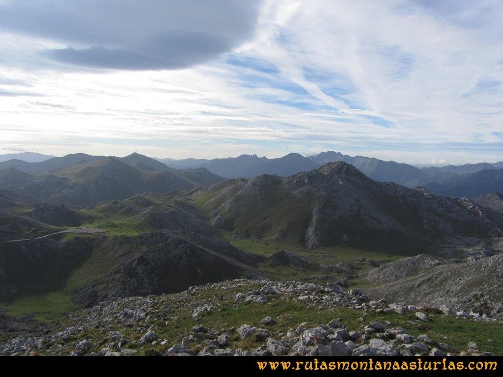 Ruta por el Aramo: Vista desde la Gamonal del resto de la Sierra del Aramo y Ubiña
