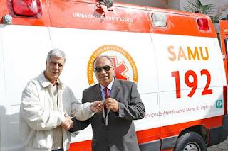 Prefeito Mario Tricano recebe as chaves da ambulância do empresário Ivan Gomes de Lima: parceria entre poder público e iniciativa privada para garantir atendimento à população