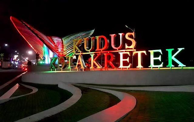 Gerbang Kudus Kota Kretek Malam Hari, Landmark Termegah di Dunia
