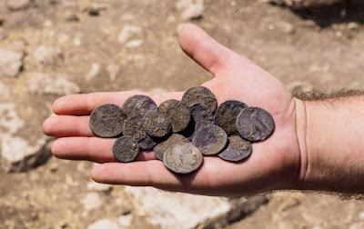 Un tesoro de monedas de plata, junto con monedas de bronce con los nombres de los reyes macabeos, que data del año 126 aC en el período Hasmonean fue descubierto en abril durante una excavación arqueológica cerca de la ciudad de Modi'in, la Autoridad de Antigüedades de Israel (IAA ) anunció el martes.