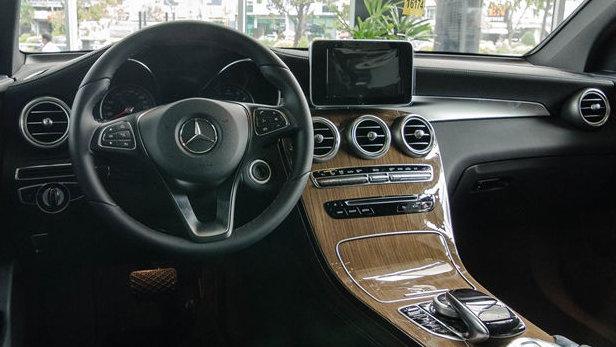 Nội thất Mercedes GLC 250 4MATIC thiết kế sang trọng, thể thao
