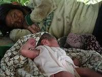 Orang Gila Melahirkan ini Hebohkan Netizen, Tapi Yang DIlakukan pada Bayinya Bikin Terharu