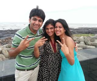 Foto Nia Sharma dengan Ibunya, Usha dan saudaranya, Vinay