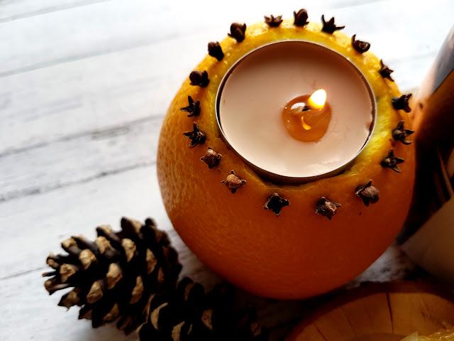 rozgrzewająca herbatka na jesień z cynamonem, pomarańczą i goździkami