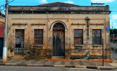 Fotografar uma bela casa, adornada pela pátina do tempo, é como tomar posse de uma parte dela.