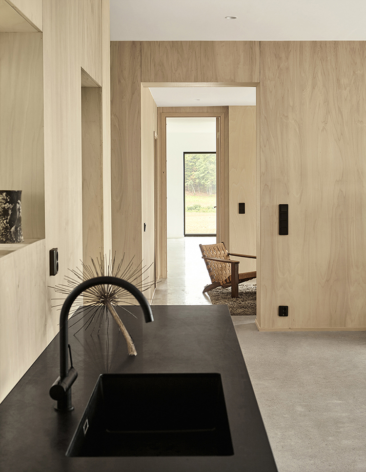 Natural wood panels on the walls and ceiling | Styling Sundling Kickén, photo by Osmar Tahir. Walls with wooden panels, ceilings with wooden panels, natural wood wall cover, contemporary cabin design, minimalistic cabin design