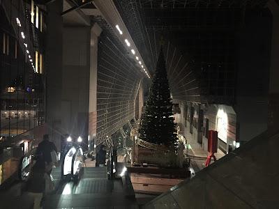 Estación de Kyoto adornada para la navidad