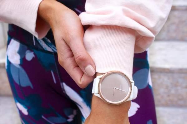 Garmin Vivomove HR - smartwatch yang cocok untuk kado
