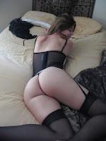 chica en tanga en la cama
