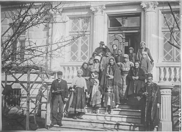 In the streets of Bitola (Monastir) - March 1917.  Metropolitan residence. Inhabitants leaving their shelter