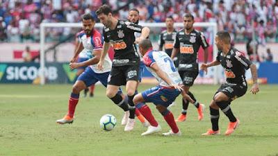 Boselli recebe a marcação de Nino (Foto: TIAGO CALDAS/FOTOARENA/FOTOARENA/ESTADÃO CONTEÚDO)