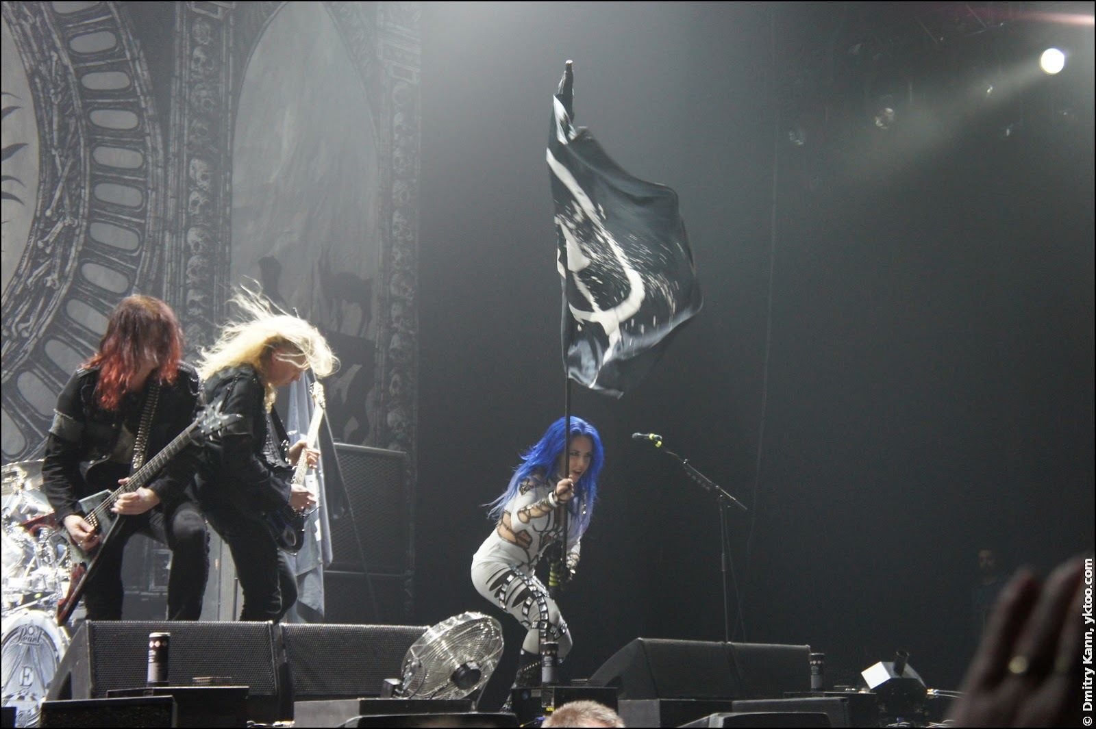 Arch Enemy: Michael Amott, Jeff Loomis and a girl with a flag.