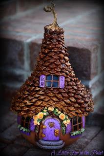 casa delle fate con tetto di pigne