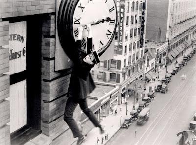 Ο Χάρολντ Λόιντ στην κλασική σκηνή με το ρολόι / Harold Lloyd in Safety Last