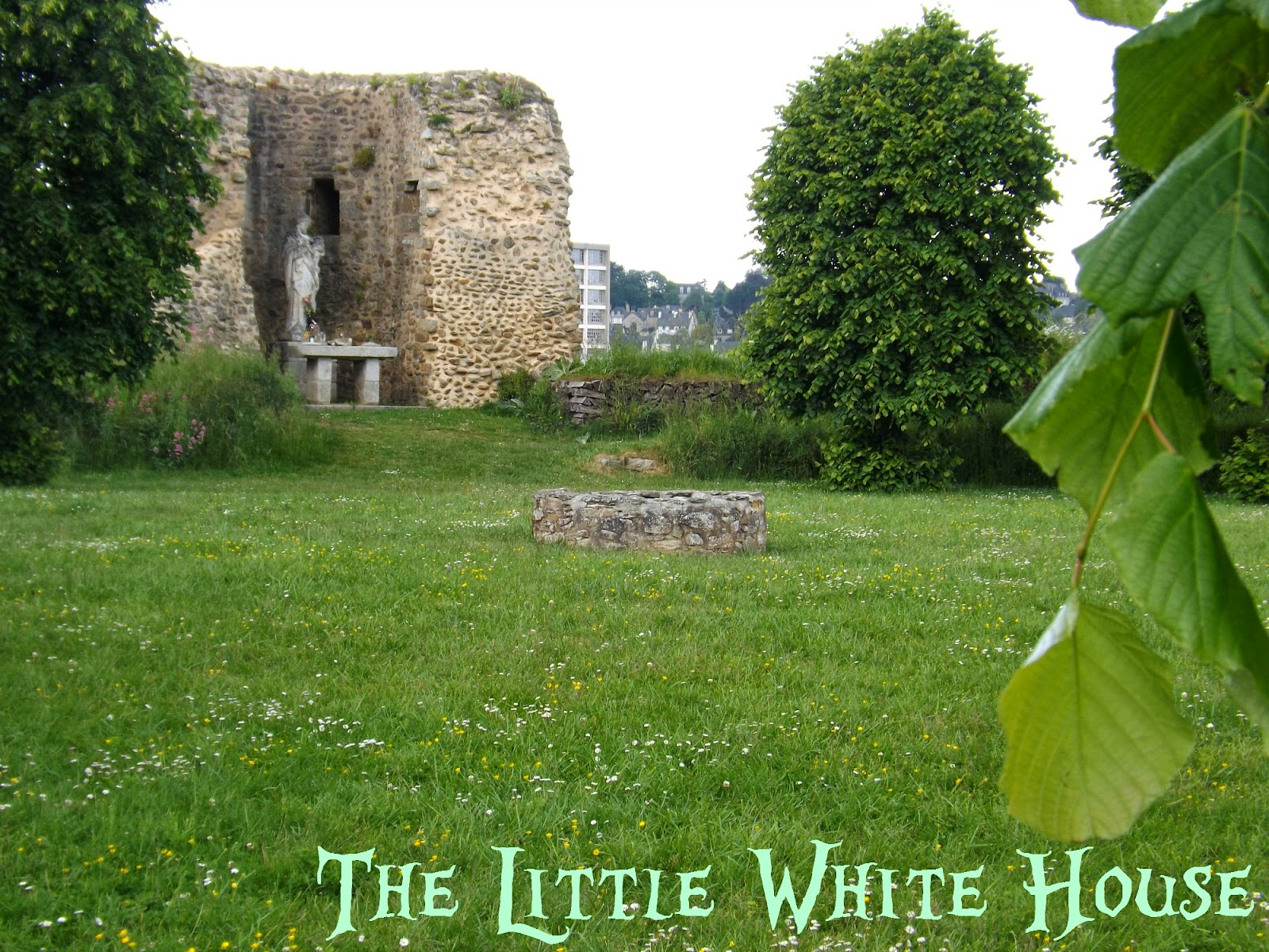 http://thelittlewhitehouseontheseaside.blogspot.fr/2014/06/old-castle-of-lehon-brittany.html