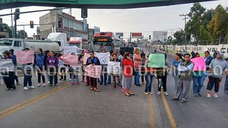 Padres de familia bloquean carretera México-Pachuca; EXIGEN APOYO POR EL SISMO