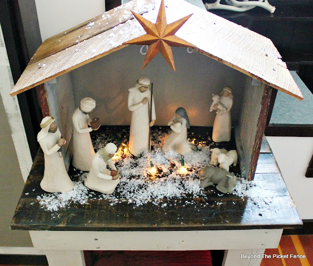 nativity, stable, creche, Willow Tree, barn wood, Christmas decor, pallets, https://goo.gl/xwgamA