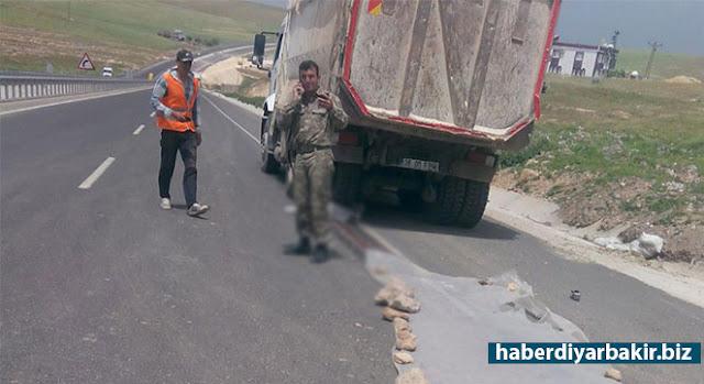 DİYARBAKIR-Çınar ilçe merkezine yaklaşık 13 kilometre uzaklıkta yer alan Aşağıkonak (Xanikajer) Mahallesi yakınlarında kamyonun altında kalan çocuk hayatını kaybetti.