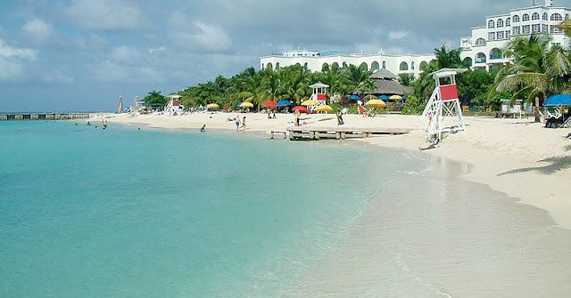 Doctor's Cave Beach Club adalah tujuan populer di Montego Bay.