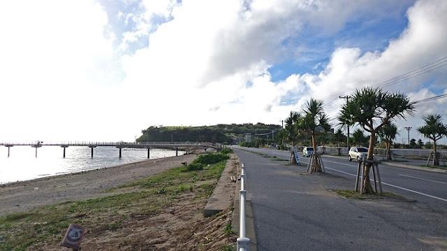 海中道路から見た瀬長島の写真