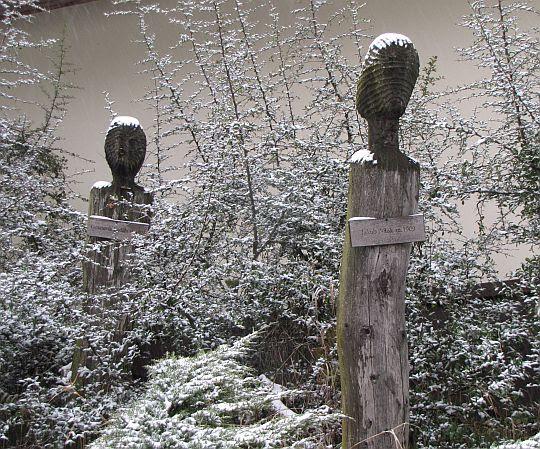 Rzeźby upamiętniające ofiary mordu.