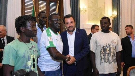 """وزير الداخلية الإيطالية، سالفيني، يوقع على قانون جلب العمالة من الخارج """"ديكريتو فلوسي 2019"""""""