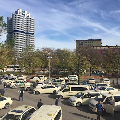 Taxi sammeln sich am Parkplatz des Eissportstadions zur Sternfahrt