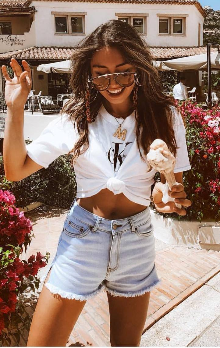 simple outfit idea / white crop tee and denim shorts