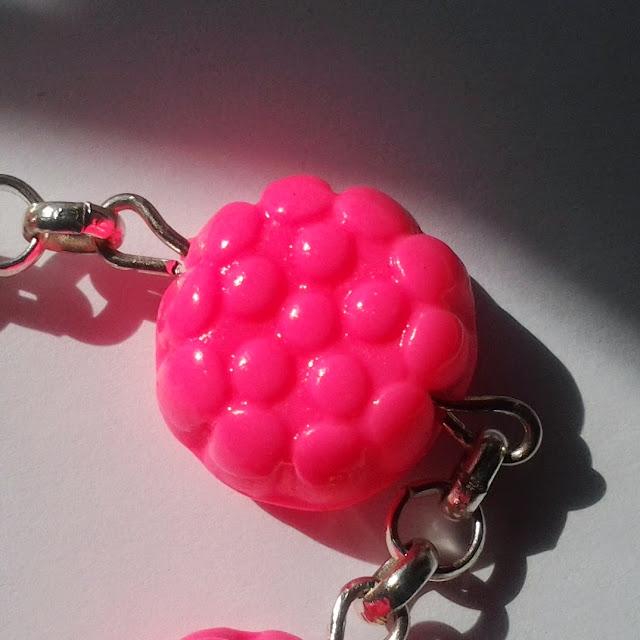 Dettaglio braccialetto morositas in fimo rosa neon