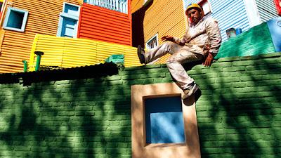 Un obrero encaramado a un muro en el barrio de La Boca de Buenos Aires, Argentina, el 12 de abril de 2007. / Srdjan Zivulovic / Reuters