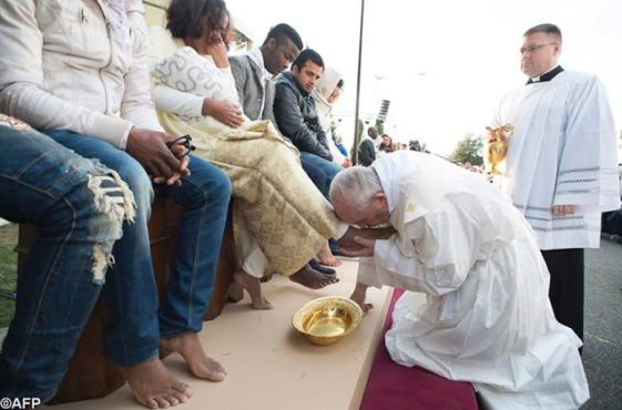 Pope Francis kisses and washes feets of Muslim, 4 Nigerian Catholics andHindu refugees in Easter ritual (See Photos)
