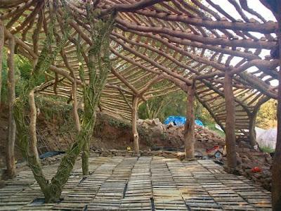 construyendo el techo de la casa de los hobbits