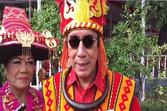 Menteri Yasona Pemenang Busana Adat Terbaik Mendapatkan Hadiah Sepeda Dari Jokowi